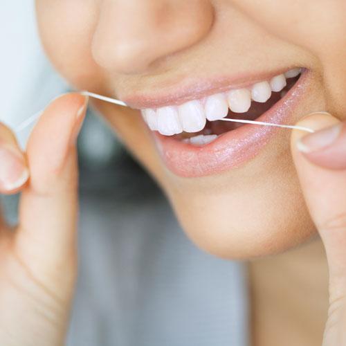 Die Therapie besteht darin, den Entzündungszustand des Zahnfleischs und des Zahnhalteapparats zu beseitigen.